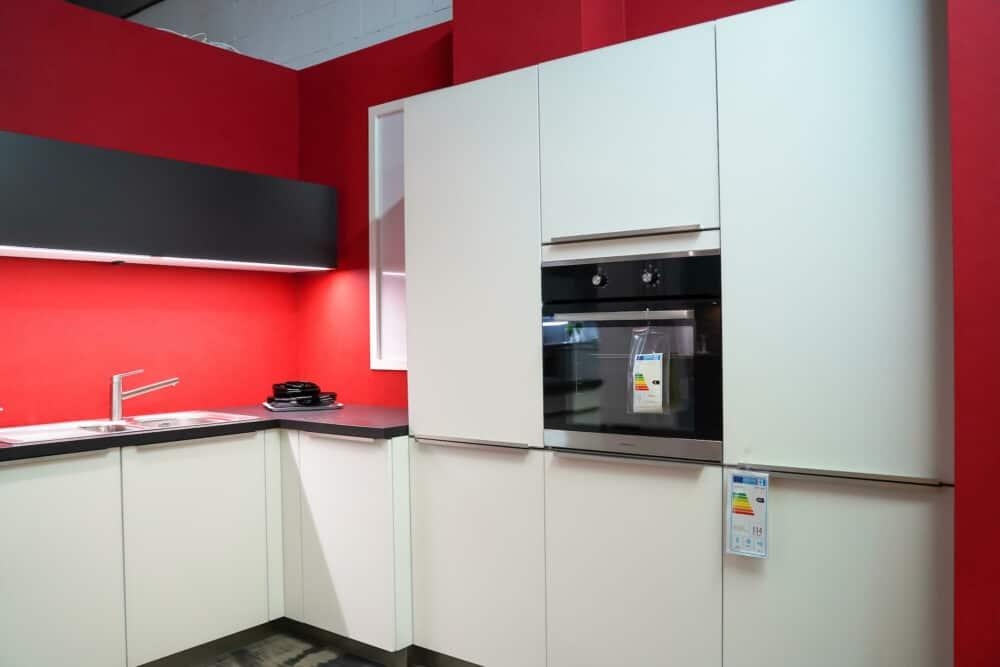 Bauformat L-Küche mit Wandschrank weiß und Backofen
