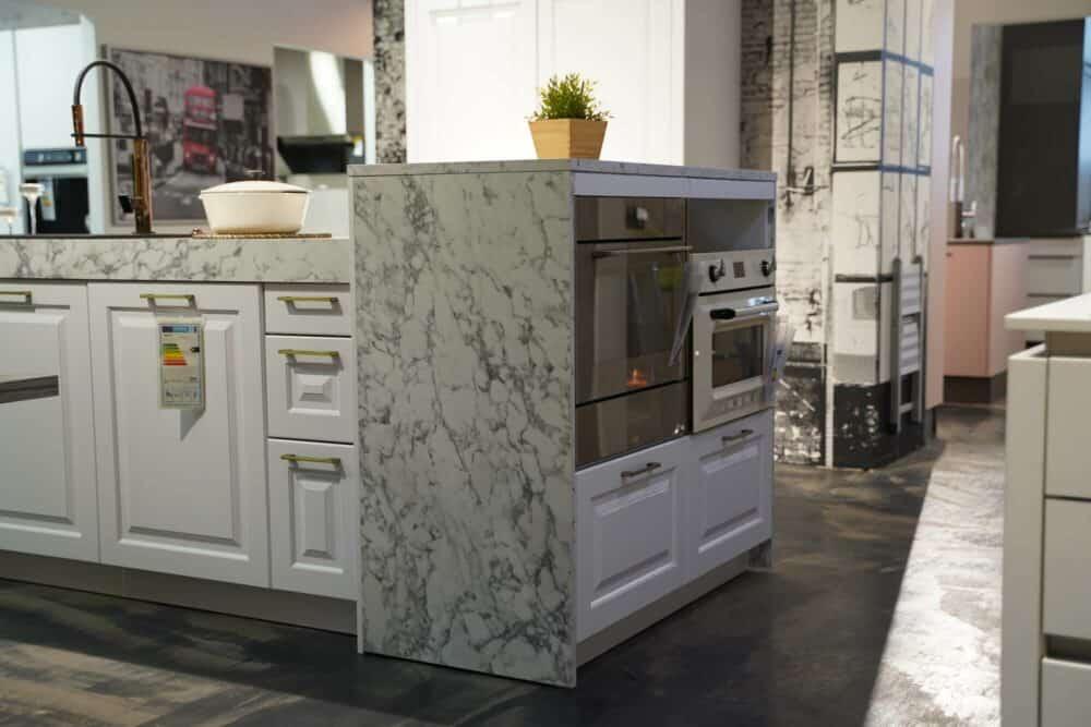 Bauformat Landhaus Inselküche modern mit Backöfen