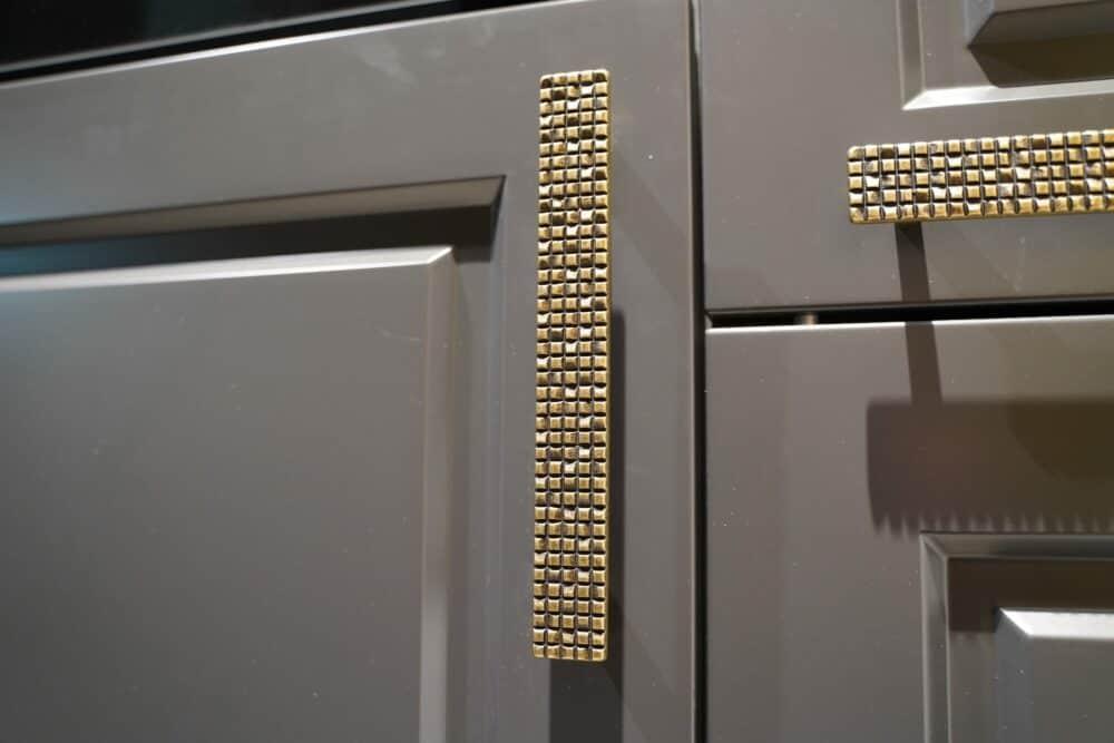 Bauformat Landhaus Küche mit Gold Griffen