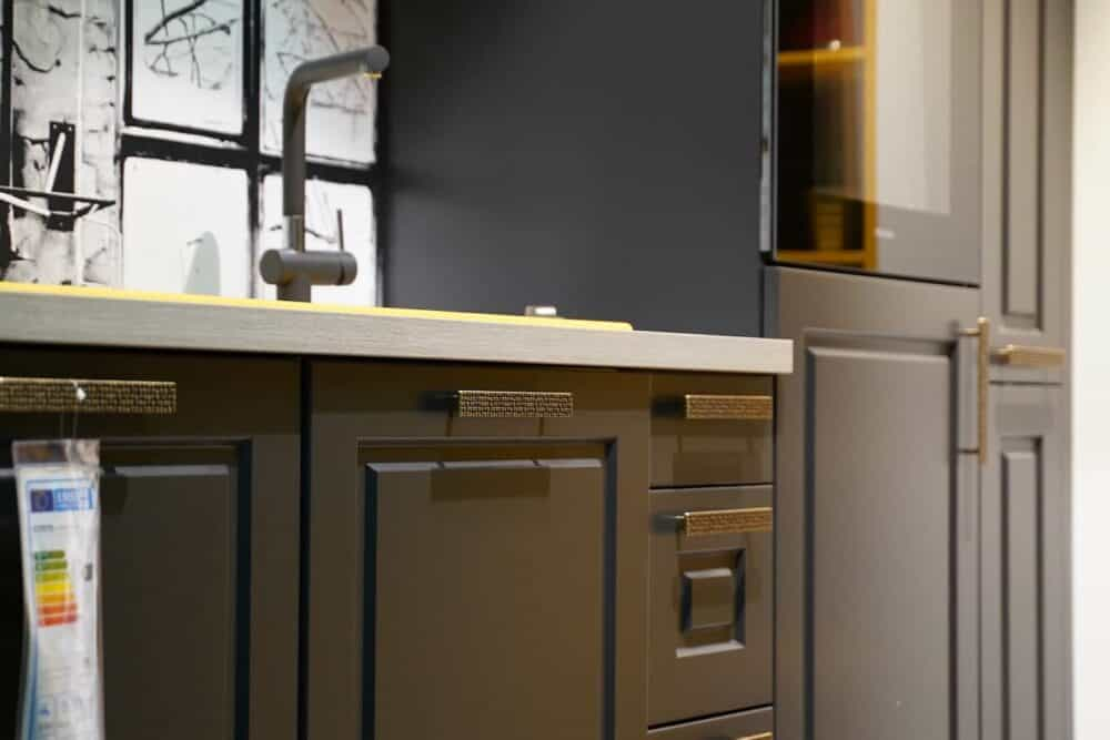 Bauformat Landhaus Küchenzeile mit strukturierten Gold Griffen