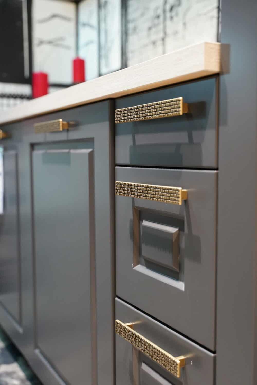 Bauformat Landhausküche mit schwarz grauen küchenfronten