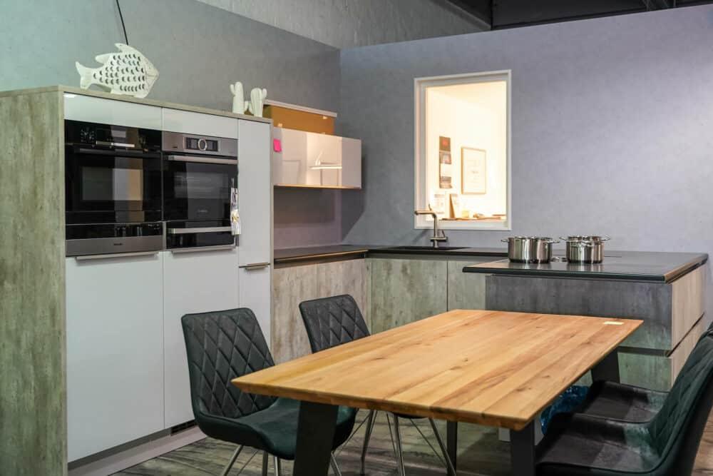 Bauformat U-Küche beton mit Naturstein Arbeitsplatte