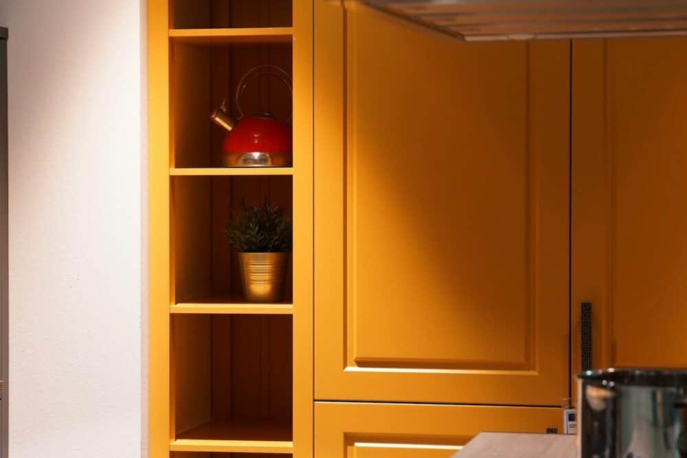 Bauformat Wandschrank gelb aus Holz