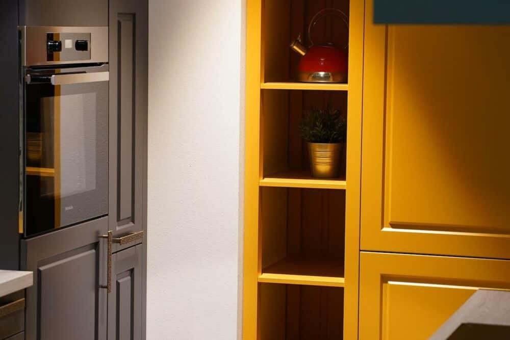 Bauformat gelber Wandschrank Holz Landhaus