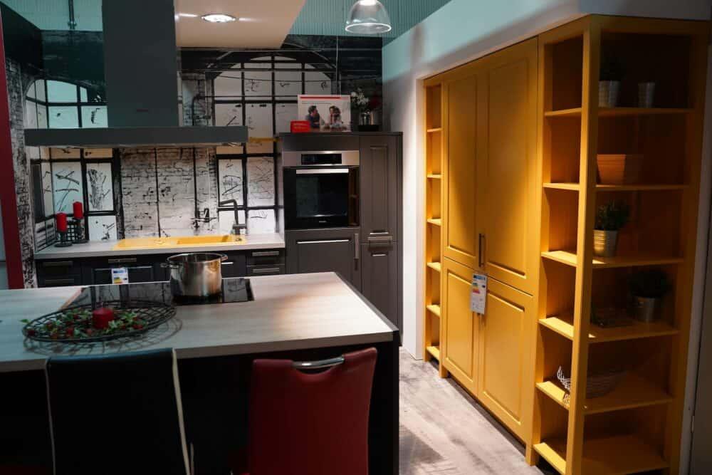 Bauformat schwarze Küchenzeile mit Wandschrank und Kücheninsel