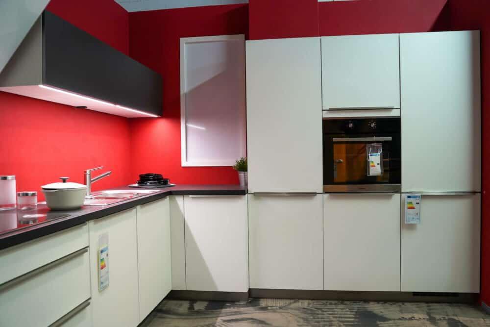 Bauformat weiße L-Küche mit Wandschrank und Elektrogeräten