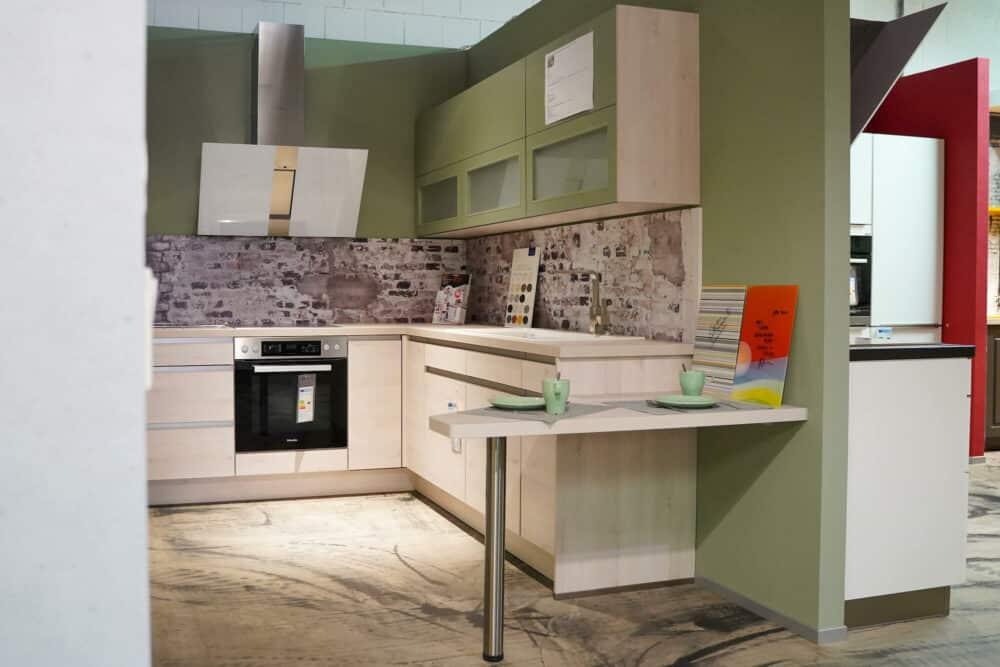 Designküche L-Form grifflos mit Esstisch