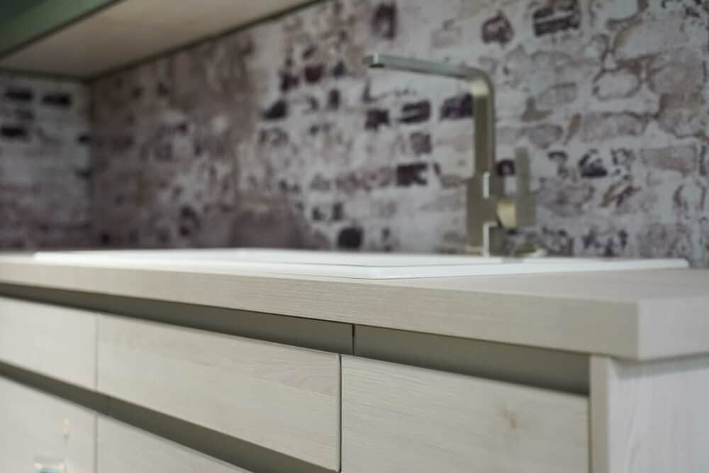 Designküche L-Form mit Griffmulden Holz Arbeitsplatte