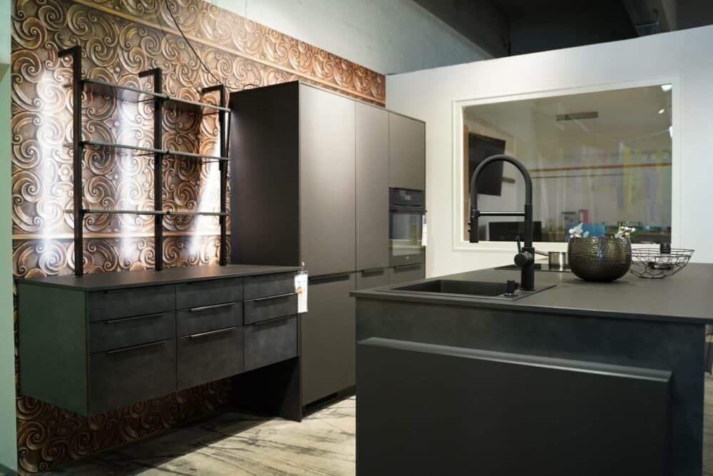 Inselküche matt metallic schwarz mit Wandschrank