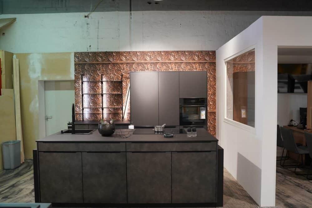 Inselküche metallic grau schwarz mit griffleisten