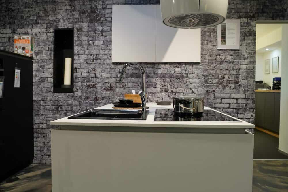 Kücheninsel matt weiß grifflos mit Spüle und Elektrogeräten