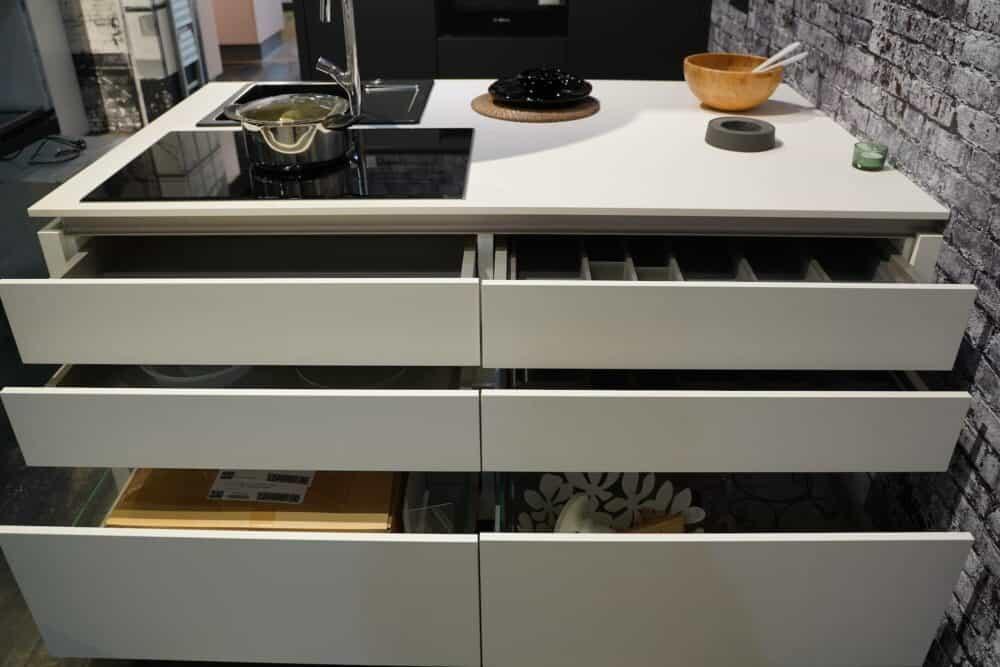 Kücheninsel weiß Stauraum Schubladen und Schränke