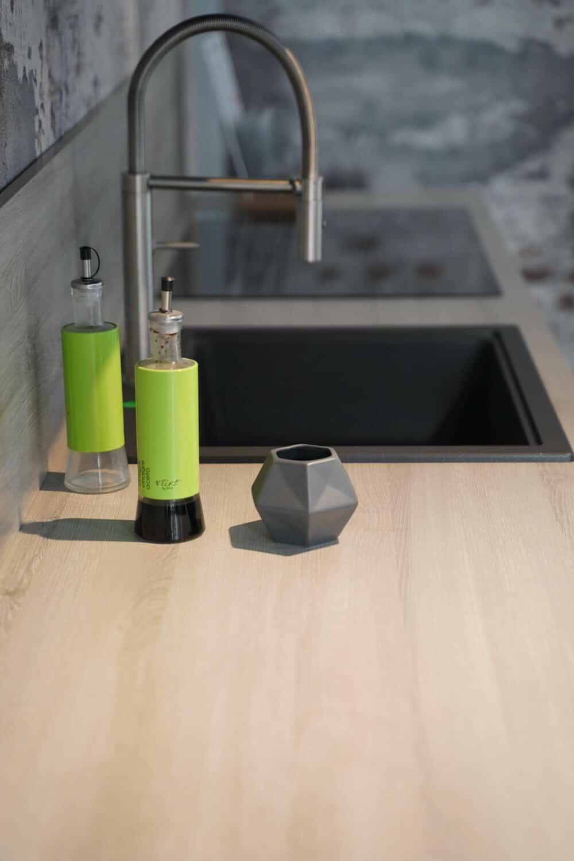 Küchenzeile mit Holz Arbeitsplatte Armatur und Küchenspüle