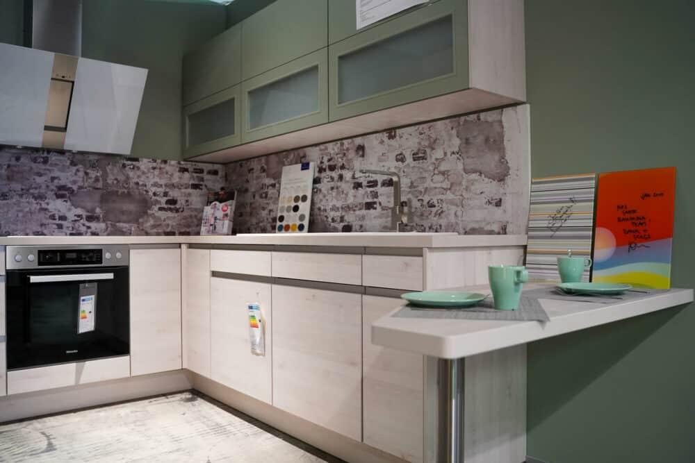 L-Form Küche grifflos holz fronten grün
