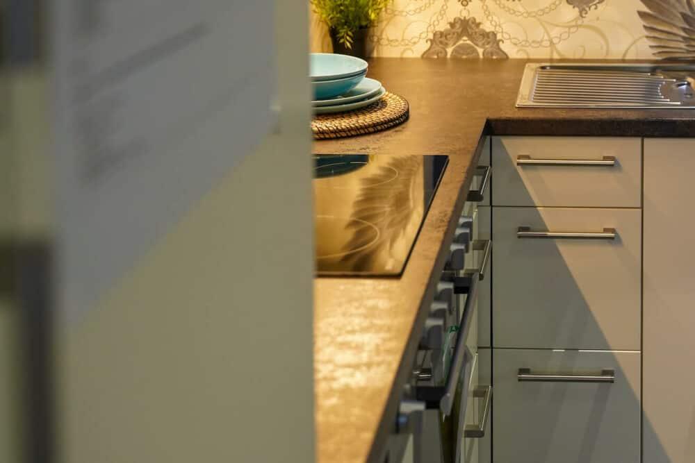 L-Küche modern matt weiß Arbeitsplatte rost optik