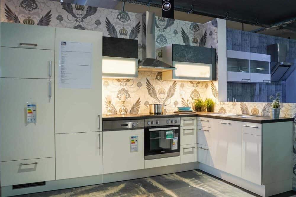 L-Küche modern matt weiß mit Elektrogeräten