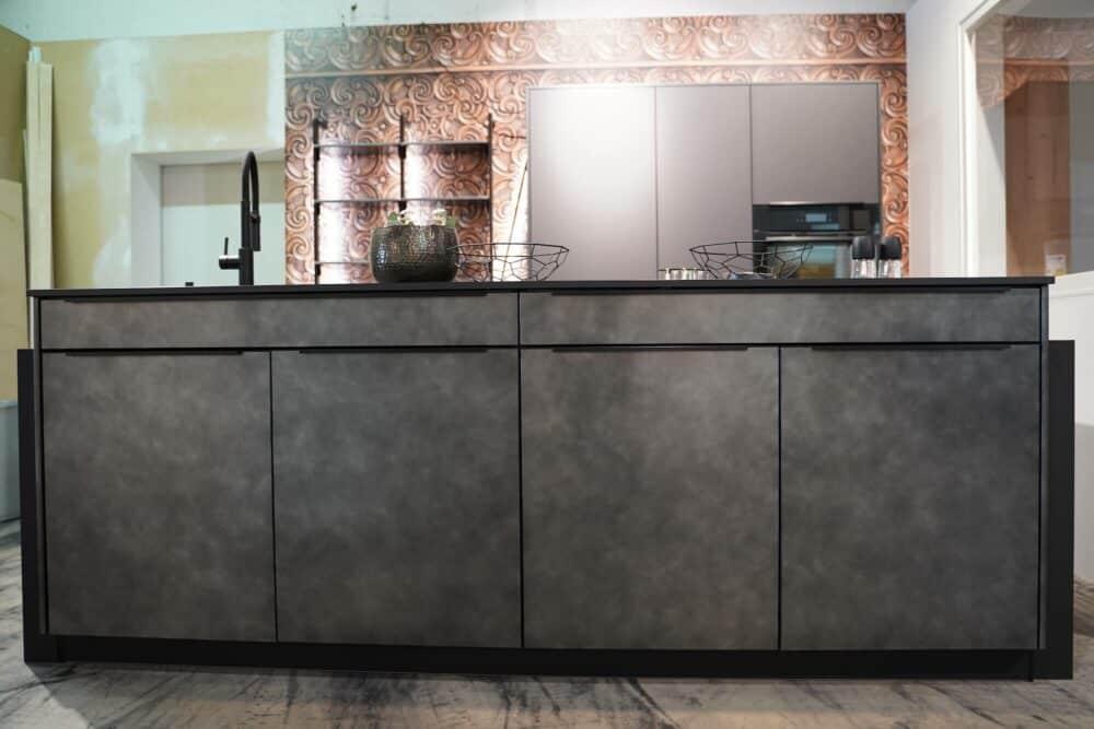 Metallic Kücheninsel in schwarz mit Griffleisten