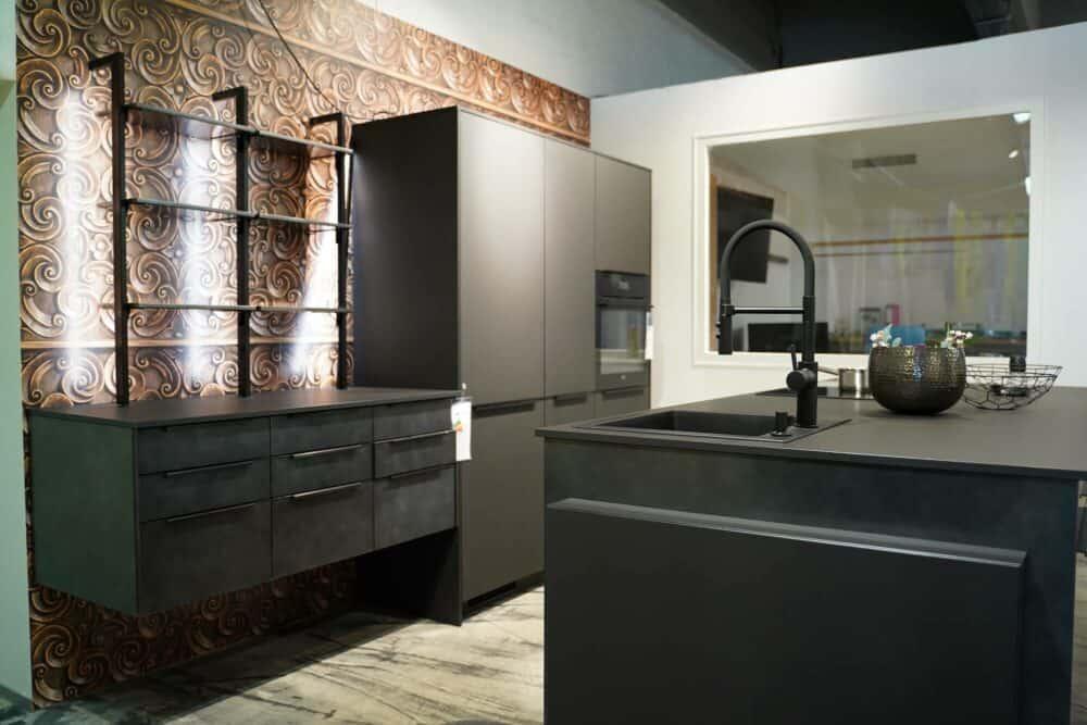 Moderne Insel Küche mit Küchenspüle und Regalen