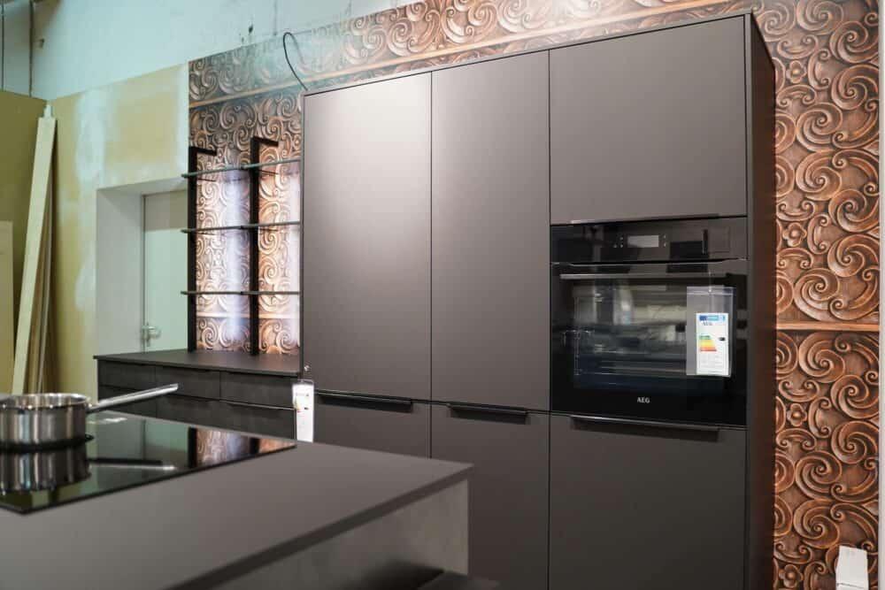 Moderne Inselküche mit Wandschrank matt schwarz