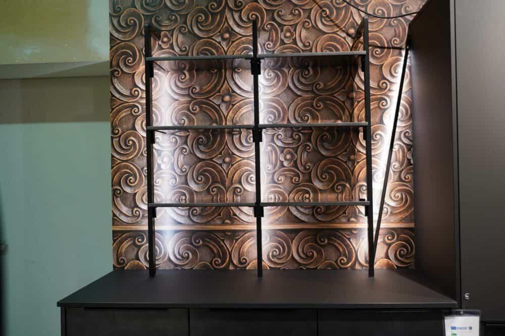 Moderne Küche mit Wandschrank und offenen Regalen