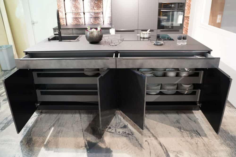 Moderne Kücheninsel metallic schwarz Stauraum