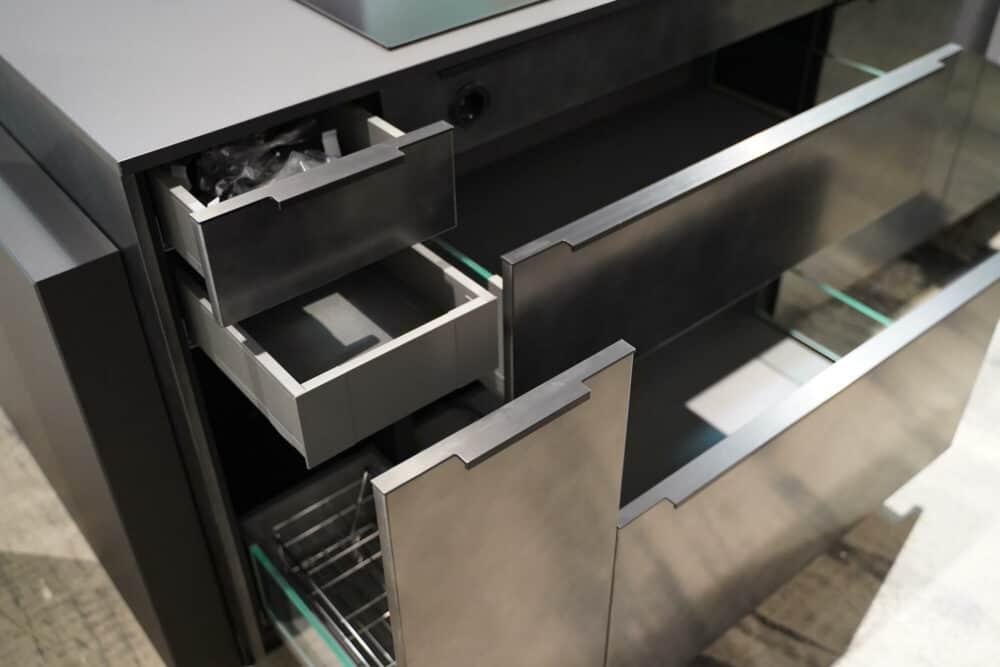 Moderne Kücheninsel metallic schwarz mit Schubladen