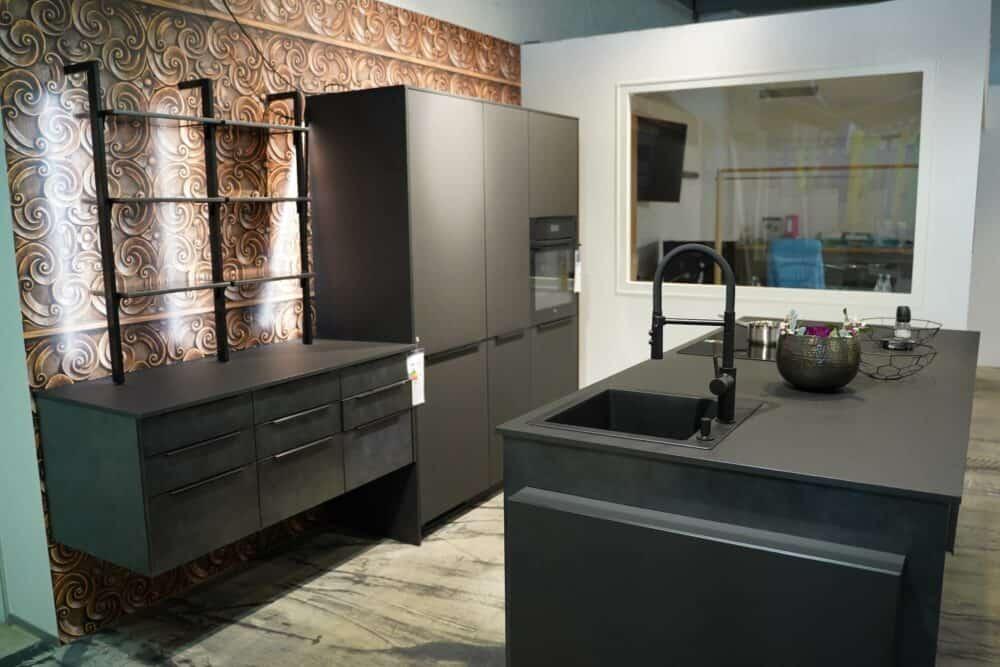 Moderne Küchenzeile mit Kücheninsel geräumig