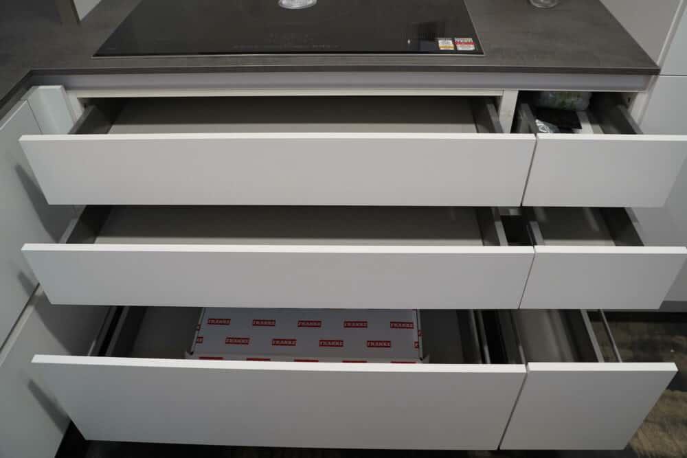 U-Form Küche mit Schubladen und Auszügen