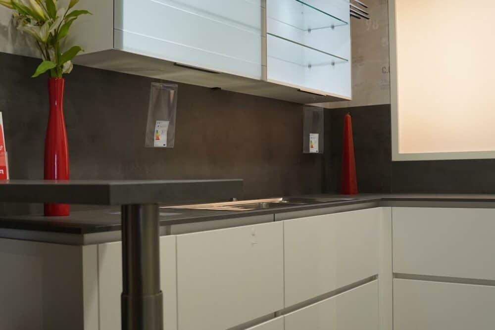 U-Form Küche weiß grifflos mit Glas Schrank