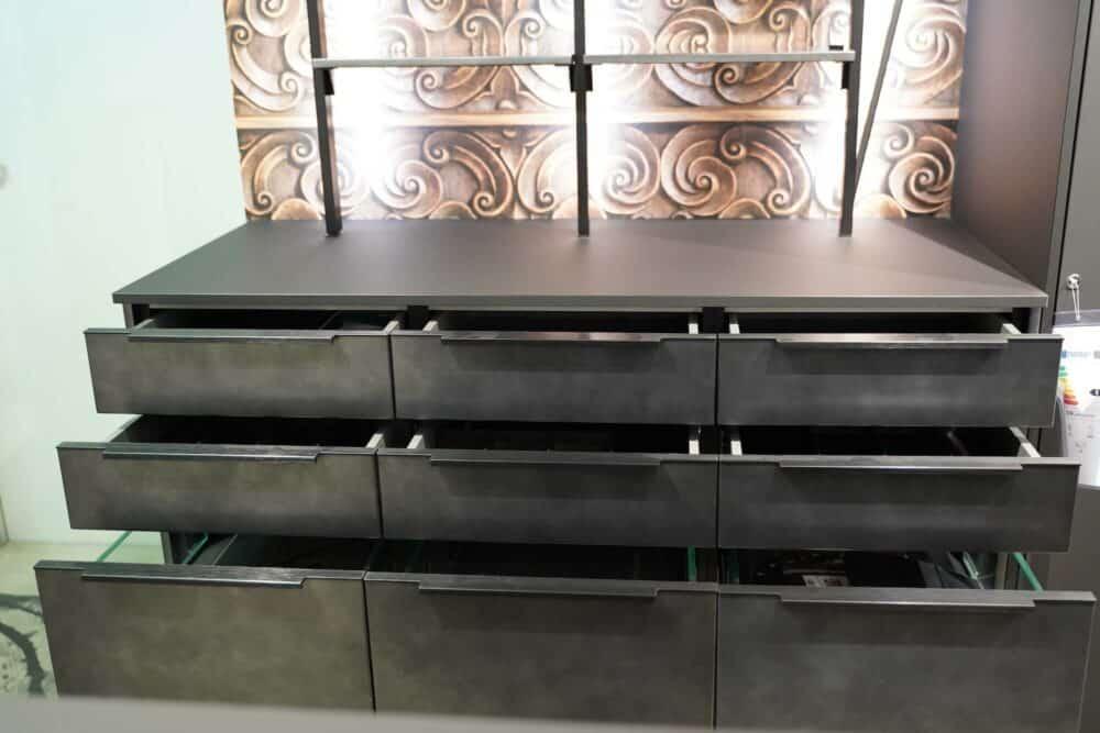 Wandschrank mit metallic Front und Stauraum